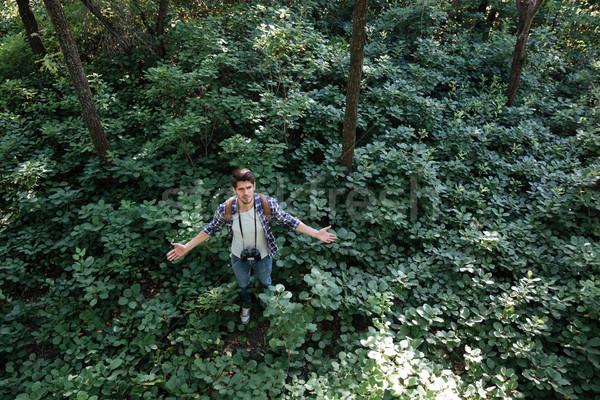 Manquant homme forêt jumelles sac à dos Photo stock © deandrobot