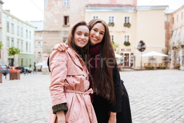 Сток-фото: молодые · друзей · глядя · камеры · город · моде