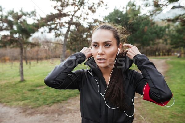 Koşucu sıcak elbise kulaklık genç kadın Stok fotoğraf © deandrobot