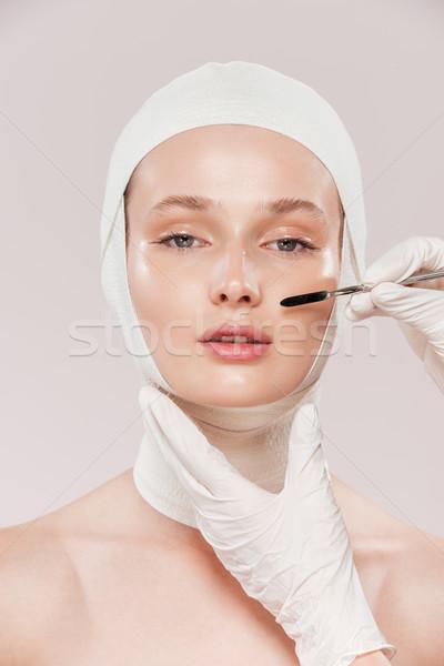 Ongebruikelijk afbeelding model borstel naar camera Stockfoto © deandrobot