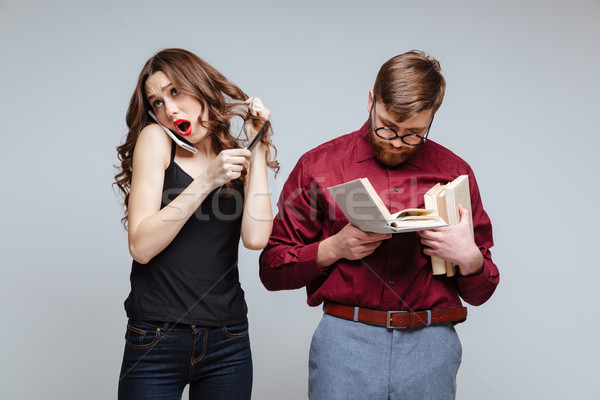 Mulher masculino nerd falante telefone em pé Foto stock © deandrobot