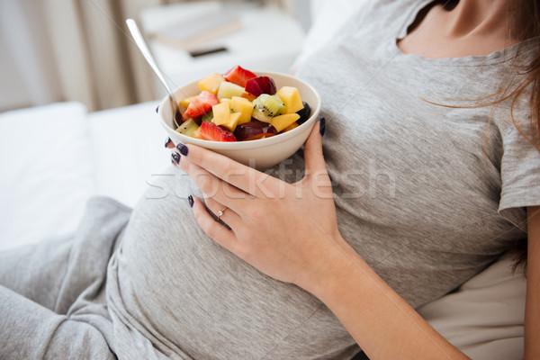 Oldalnézet terhes nő tart tányér gyümölcsök pocak Stock fotó © deandrobot
