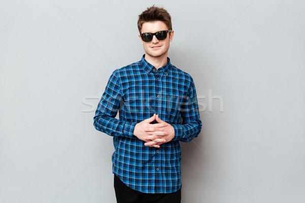 Foto stock: Homem · bonito · óculos · de · sol · foto · jovem · em · pé