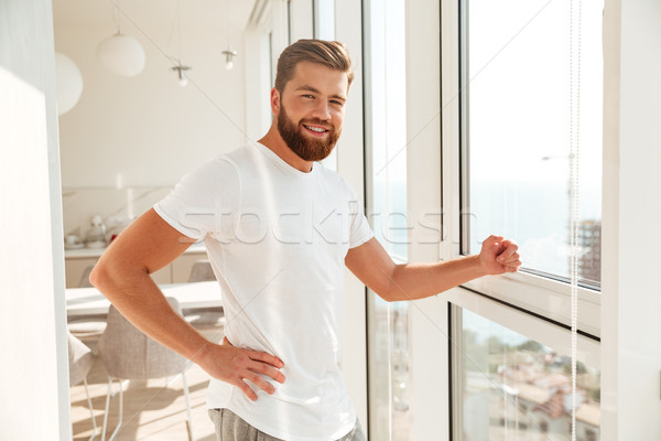 Seitenansicht lächelnd bärtigen Mann stehen Fenster Stock foto © deandrobot