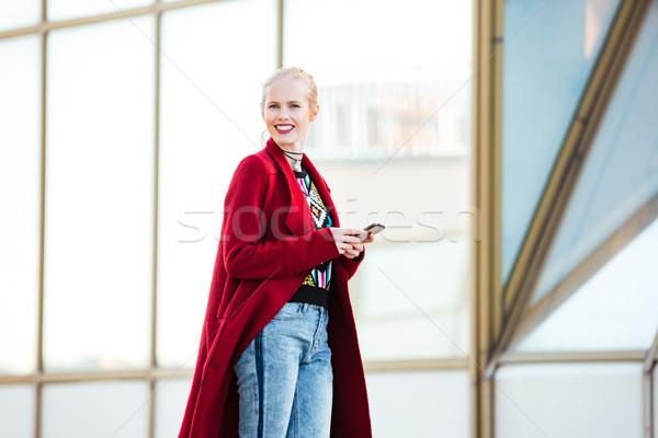 Jonge kaukasisch vrouw lopen buitenshuis Stockfoto © deandrobot