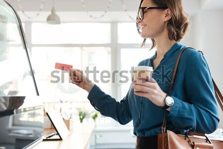 Glimlachend vrouw permanente cafetaria kiezen Stockfoto © deandrobot