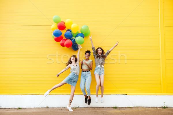 Zdjęcia stock: Szczęśliwy · kobiet · znajomych · zabawy · balony · zdjęcie
