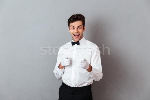 Retrato alegre jovem masculino garçom indicação Foto stock © deandrobot