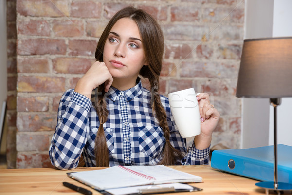 Vrouwelijke student denken huiswerk portret vergadering Stockfoto © deandrobot