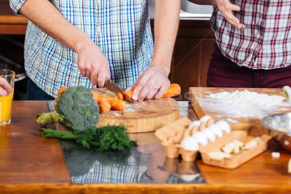Pareja cocina zanahorias cocina manos Foto stock © deandrobot