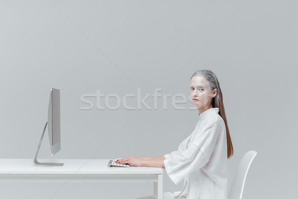 Vrouw vergadering bureau computer pc mysticus Stockfoto © deandrobot
