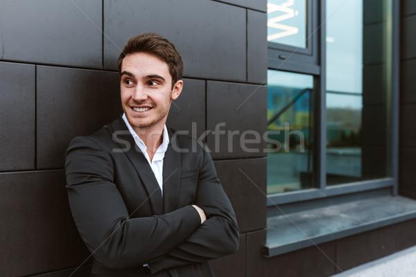 Homme d'affaires permanent immeuble de bureaux costume Photo stock © deandrobot