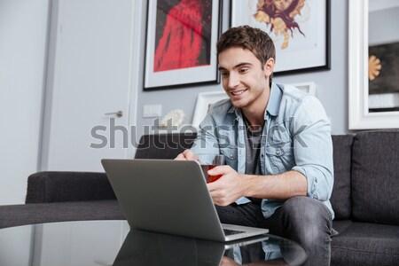 ストックフォト: 笑みを浮かべて · 男 · 作業 · ノートパソコン · カップ