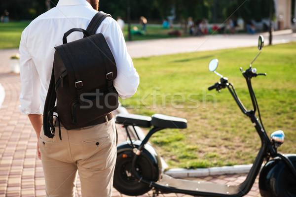 Ver de volta homem mochila em pé motocicleta moderno Foto stock © deandrobot
