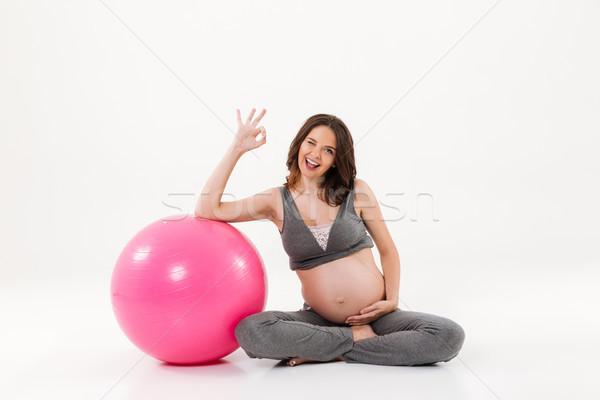 Felice donna incinta seduta piano Foto d'archivio © deandrobot