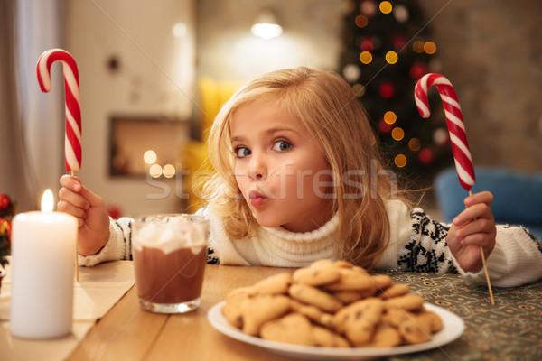 Charmant meisje twee snoep feestelijk ontbijt Stockfoto © deandrobot