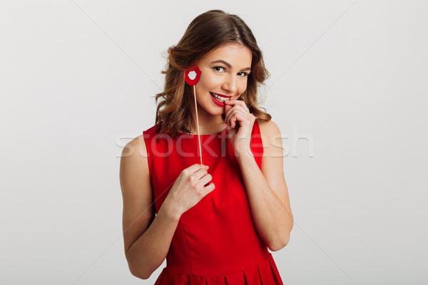 Stok fotoğraf: Portre · gülen · genç · kadın · kırmızı · elbise · kâğıt