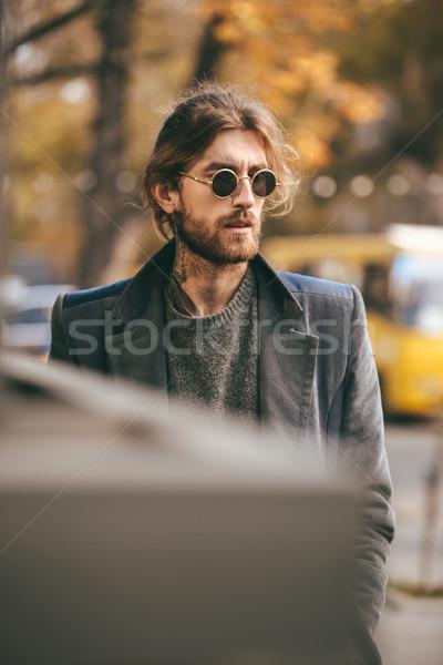 Foto stock: Retrato · guapo · barbado · hombre · gafas · de · sol · abrigo