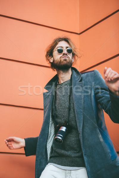 Portre moda sakallı adam eski fotoğraf makinesi kamera Stok fotoğraf © deandrobot