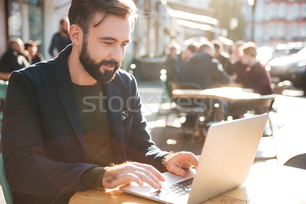 Porträt jungen stylish Mann arbeiten Laptop-Computer Stock foto © deandrobot