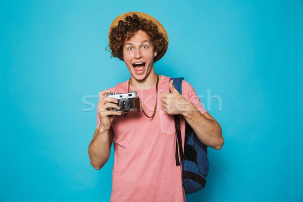 Foto Reisenden Junge lockiges Haar tragen Rucksack Stock foto © deandrobot