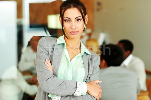 Hermosa mujer de negocios armas doblado pie colegas Foto stock © deandrobot