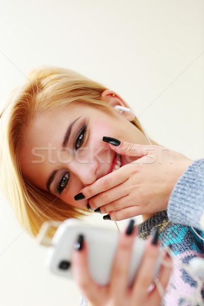 Fiatal nő hallgat zene sms chat okostelefon lány Stock fotó © deandrobot
