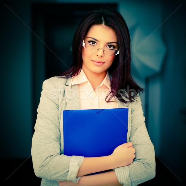 Jóvenes hermosa mujer de negocios oficina carpeta Foto stock © deandrobot