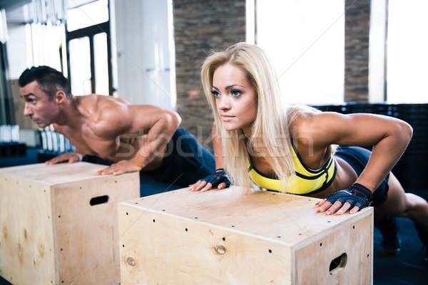 Mujer hombre flexiones gimnasio encajar cuadro Foto stock © deandrobot