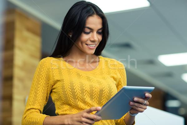 Kobieta interesu portret szczęśliwy przypadkowy biuro Zdjęcia stock © deandrobot