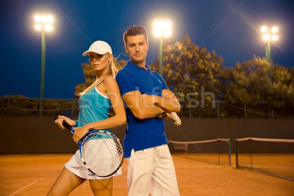 Casal em pé quadra de tênis ao ar livre retrato belo Foto stock © deandrobot