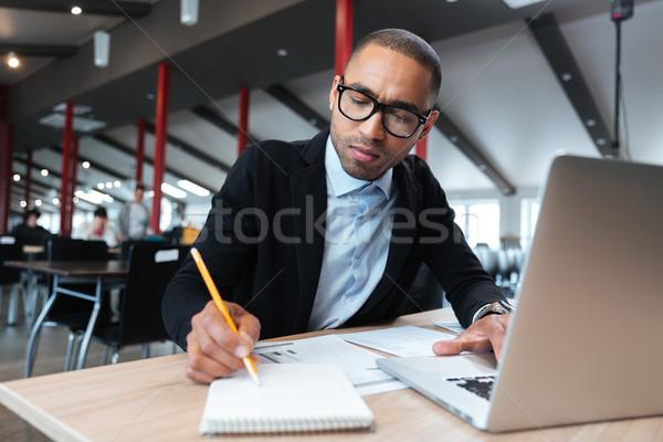 年輕 僱員 工作的 筆記 辦公室 業務 商業照片 © deandrobot