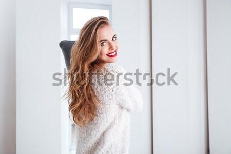 Kobieta sweter posiedzenia piętrze Zdjęcia stock © deandrobot