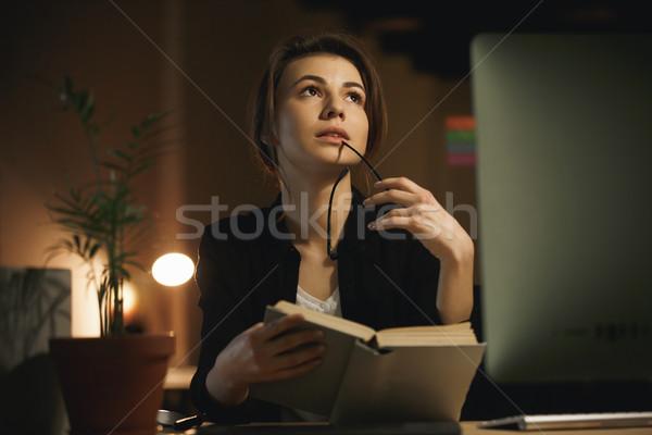 Foto stock: Concentrado · jovem · senhora · estilista · leitura · livro