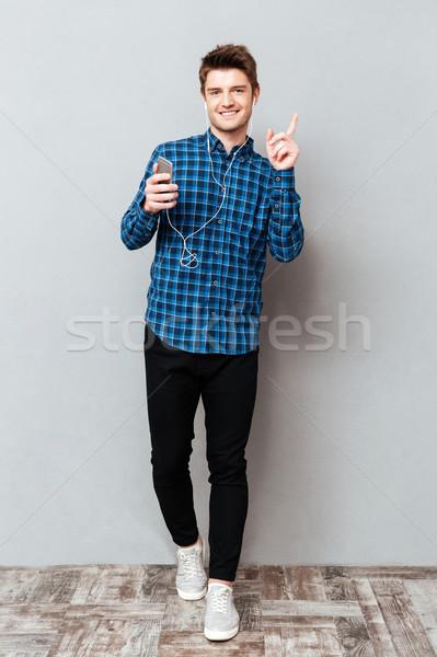 Shot man luisteren muziek hoofdtelefoon jonge Stockfoto © deandrobot