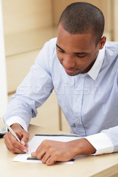 Jeunes homme d'affaires remplissage document bureau Photo stock © deandrobot