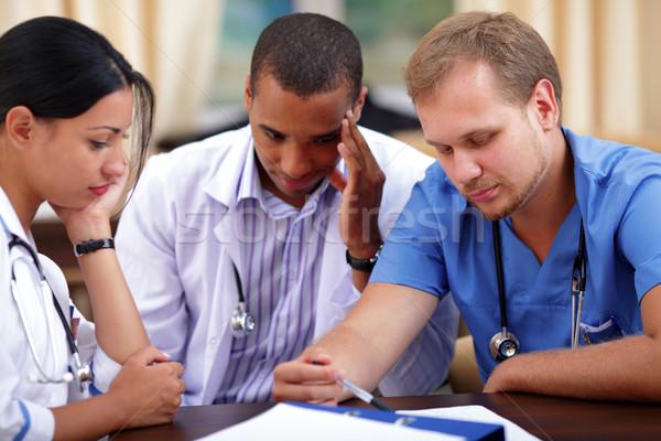 Trzy medycznych lekarzy burza mózgów szpitala kawy Zdjęcia stock © deandrobot