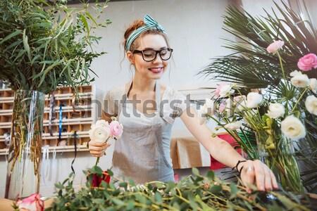 Heureux femme fleuriste bouquet Photo stock © deandrobot