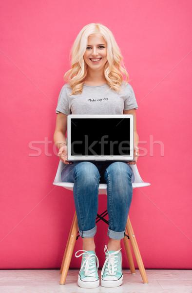 Gülümseyen kadın dizüstü bilgisayar ekran gülen sevimli Stok fotoğraf © deandrobot