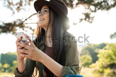 Nadenkend vrouw fiets mobiele telefoon park portret Stockfoto © deandrobot