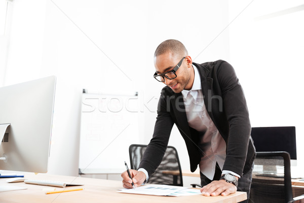 Imprenditore lavoro guardare statistiche carta documento Foto d'archivio © deandrobot