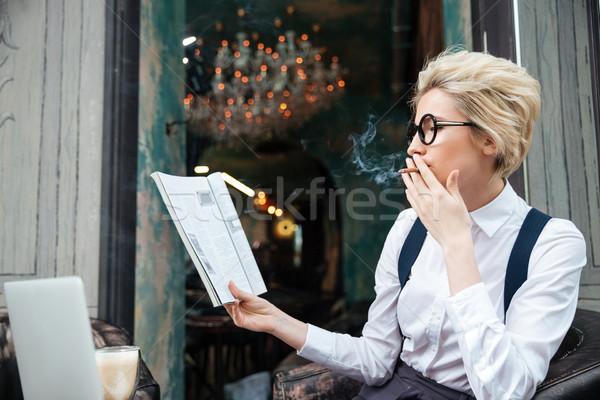 Nő dohányzás cigaretta olvas magazin kávézó Stock fotó © deandrobot