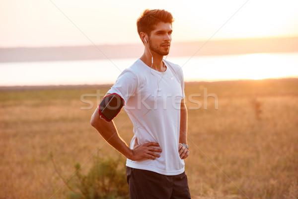 Sportoló zenét hallgat fülhallgató pihen edzés jóképű Stock fotó © deandrobot