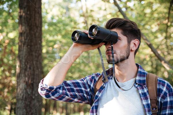 Facet patrząc lornetki lasu człowiek shirt Zdjęcia stock © deandrobot