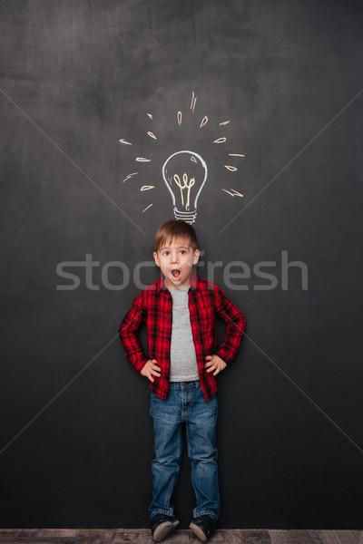 Weinig verwonderd jongen idee schoolbord tekeningen Stockfoto © deandrobot