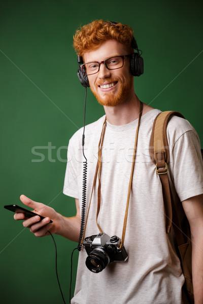 Sorridente barbudo mochila retro câmera Foto stock © deandrobot