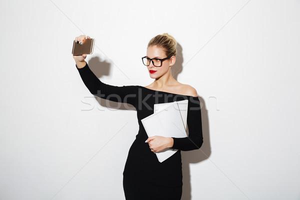 Csinos nő ruha szemüveg készít okostelefon csinos Stock fotó © deandrobot