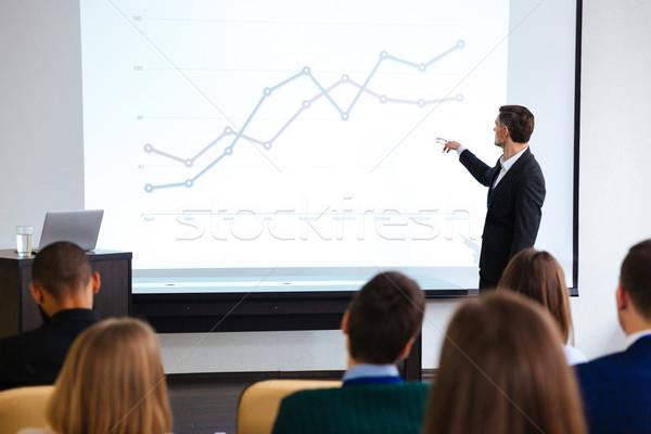 Hangszóró nyilvános bemutató projektor konferenciaterem férfi Stock fotó © deandrobot