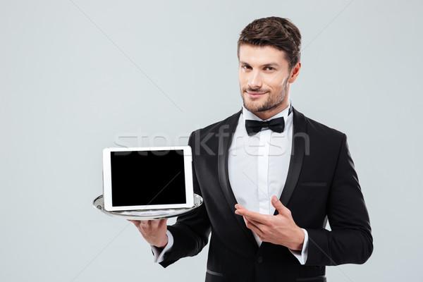 Butler Smoking halten Hinweis Bildschirm Tablet Stock foto © deandrobot