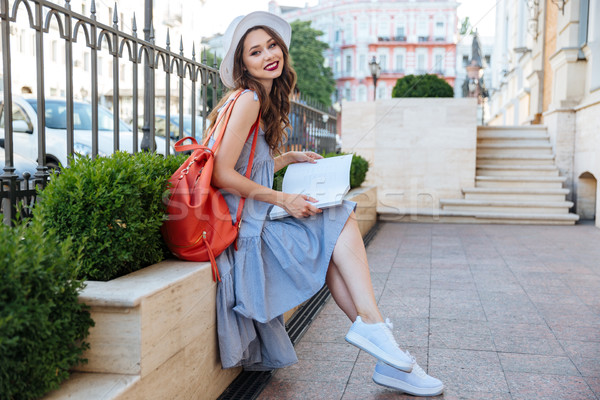 Sorridere seduta lettura magazine città Foto d'archivio © deandrobot